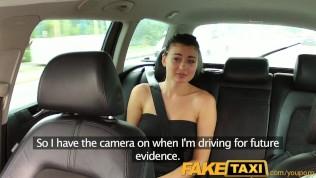 امرأة سمراء لطيفة يجعل الجنس في السيارة