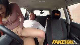 يمارسون الجنس معًا في سيارة متوقفة في مكان عام