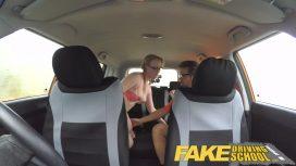 يمارس الصبي الجنس في السيارة مع امرأة شابة مثيرة