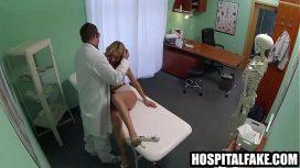 هذا الطبيب الذكور يمارس الجنس مع سيدة شابة