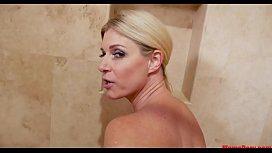 ممارسة الجنس في الحمام مع امرأة ناضجة رائع